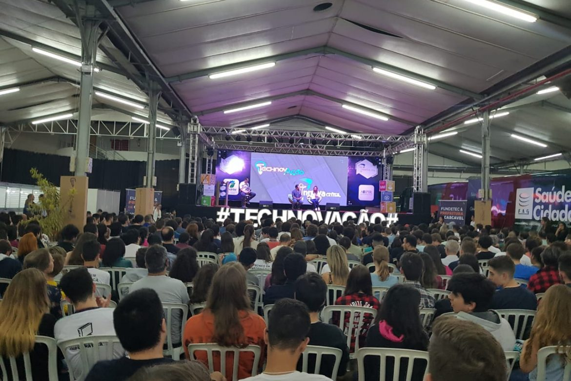 Talk of youtubers specialists in education for young people at Technovação